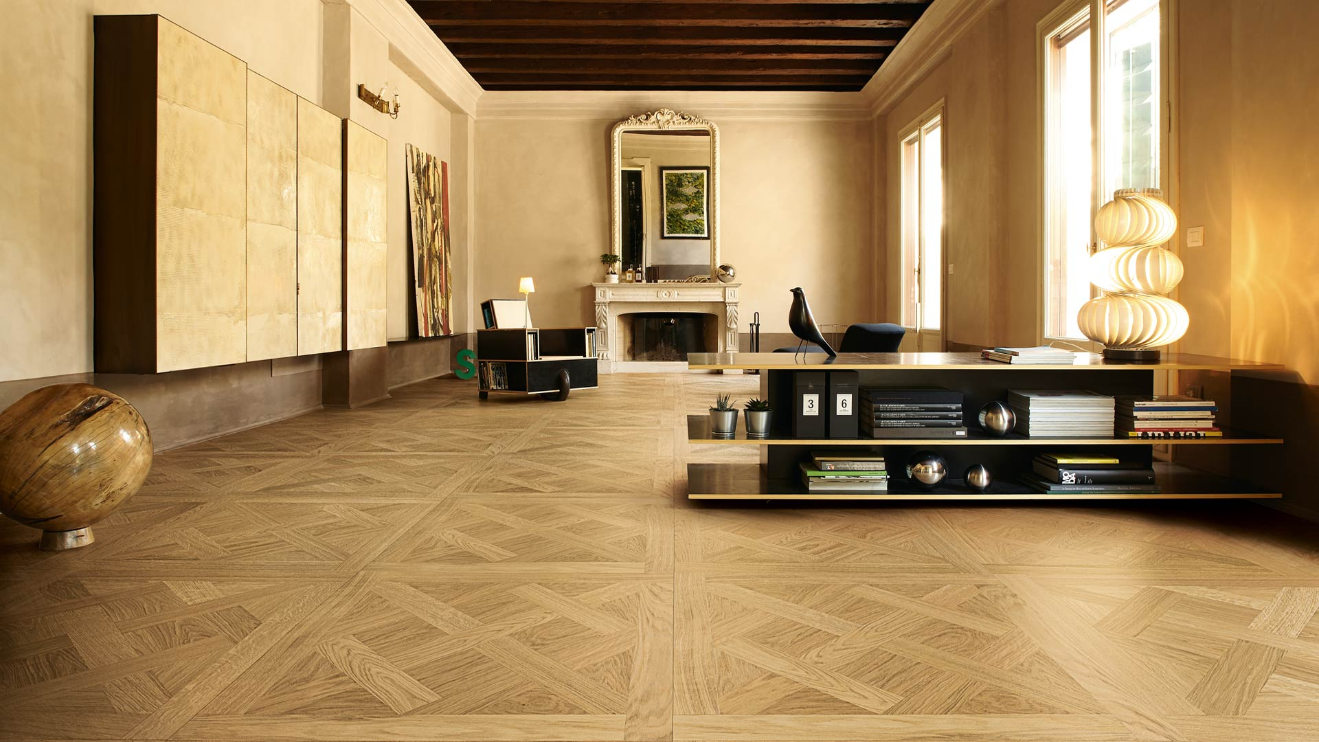 Atelier Déco Versailles - Listone Giordano's Decò collection draws inspiration by the wooden floors that decorate the palaces in central and northern Europe. These tiles give a new twist to a timeless classic and are perfect even for modern residential and non-residential projects.  Even today, processing techniques combined with architects' taste produce superb floor décors.  According to interior design historians, wood panelling floors originated in Italy. It is believed that the Versailles wooden flooring is a more decorative version of Serlio's floor slab. The panels with the lattice arranged diagonally to the frame, were more popular and are still known as Versailles parquet flooring. In contrast those with the lattice parallel to the edge are called Chantilly parquet.  | Matter of Stuff