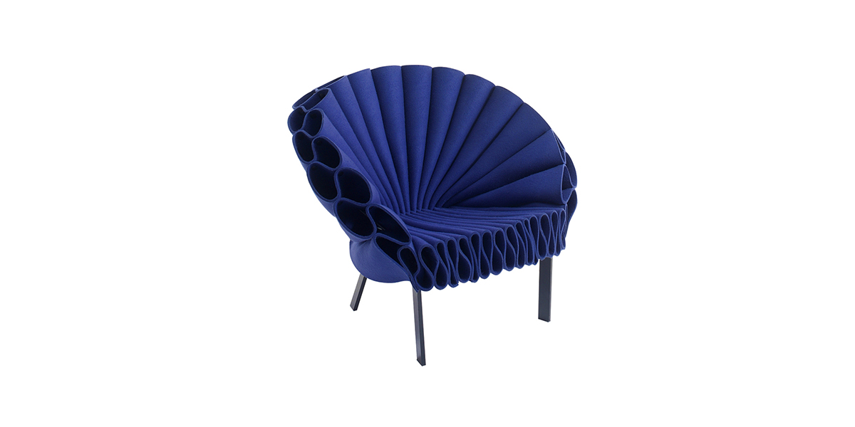 Peacock Lounge Chair - Power to ideas! With the Peacock armchair, Dror Studio in New York makes a strong statement: this exuberant armchair made of rippled folds of felt fabric is eye-catching; with sinuous curves that challenge the laws of physics and a spontaneous, irreverent attitude.   The base is made of powder-varnished metal, anthracite in colour. The Peacock armchair is available in monocolour versions (in blue or green).  | Matter of Stuff