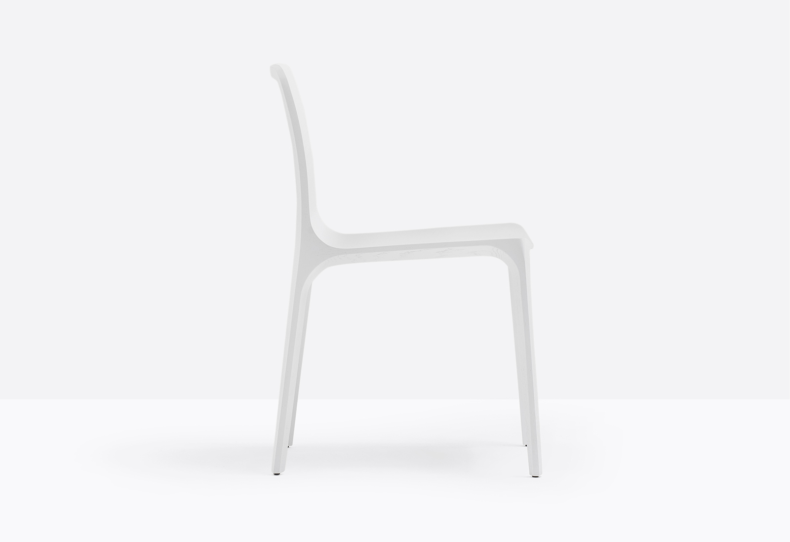 Frida Solid Wood Chair - Frida is a chair that combines beauty, avant-garde technology and love for details. The solid oak structure is combined with the three-dimensional plywood shell to give shape to an extremely light, ergonomic and resistant chair. Available in different finishes.   Matter of Stuff