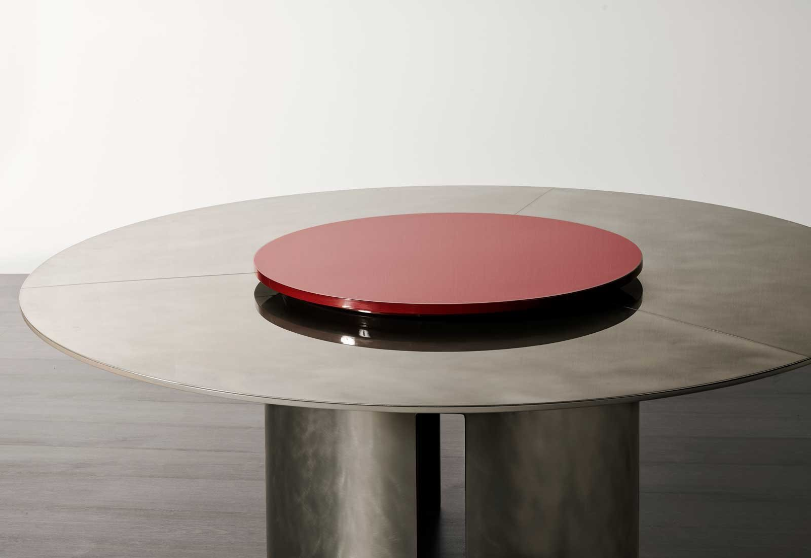Gong Round Table - Gong are dining tables with structure in stained oak veneer with matt or glossy lacquer, resin or bronzed brass finish.‎ Removable base.‎ Top available in stained oak veneer, matt or glossy lacquer, back-painted glass in the colors of the lacquers, resin, bronzed brass, platinized steel, MR1 or MR2 marble.‎ Available in multiple forms.‎ | Matter of Stuff