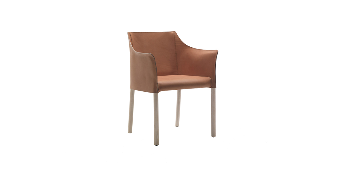 Cap Chair Armchair - Incredibly contemporary, thanks to the simplicity of the distinctive lines, the Cap Chair by Jasper Morrison represents a fresh yet understated addition to the Cappellini product range.   Cap Chair presents solid ash legs with a bleached, oak-stained, black-stained or wengé-stained finish; the upholstery is fixed in leather, in five different colour shades. | Matter of Stuff
