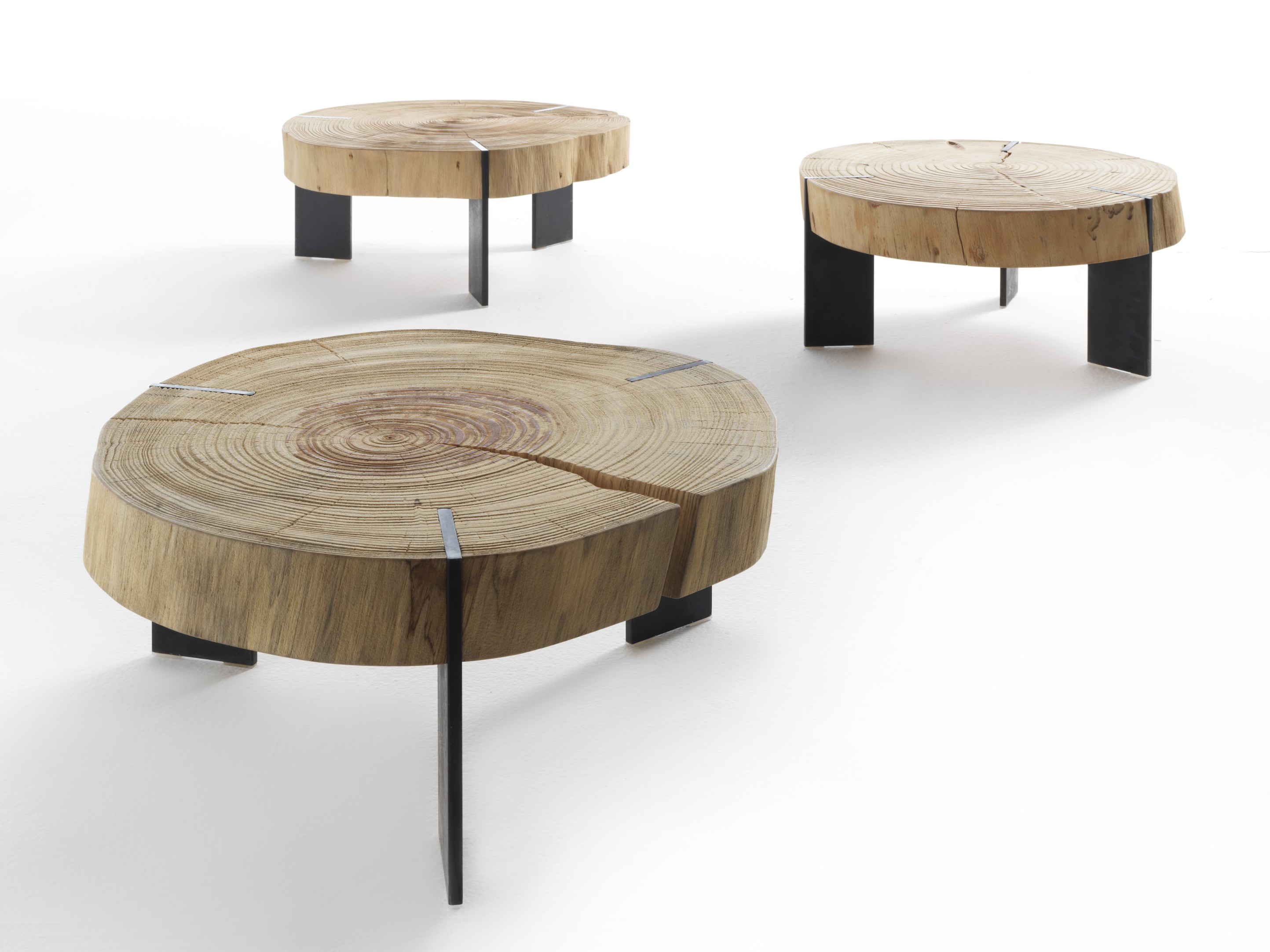 Toc Coffee Table - This exquisite coffee table is made of sections of a whole sandblasted cedar wood log resting on waxed iron legs. Here, nature is the real protagonist in all its majesty. The top of this coffee table can vary in size, as it is made with tree trunk sections. | Matter of Stuff