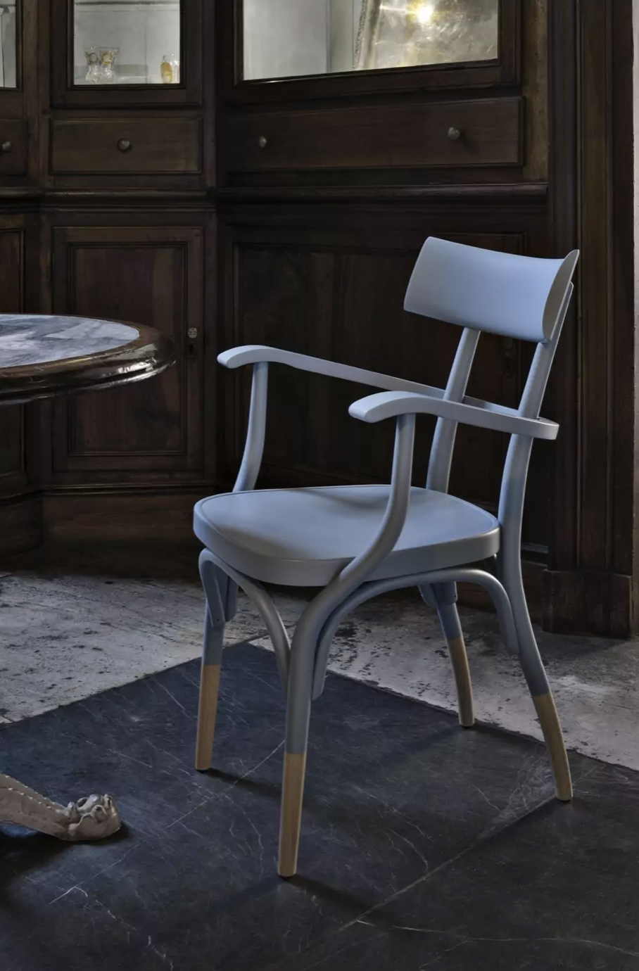 Czech Armchair - Elegant and comfortable, this chair is part of the Czech collection, as a celebration of simple lines and Viennese iconic steam-bent beechwood details. The result is a sophisticated addition to a modern dining room or study. The black lacquered wood of the structure contrasts with the natural finish of the legs and the white fabric of the cushion's upholstery.  | Matter of Stuff