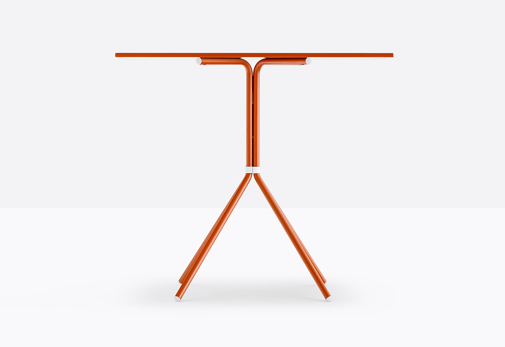 Nolita Table - Table with four legs made of steel tube to ensure the greatest strength and durability. Light and easy to be handled it can be combined with tops of different sizes and finishes. A collection confirming its summer time appeal, to enjoy relaxing and convivial moments in the open air. | Matter of Stuff