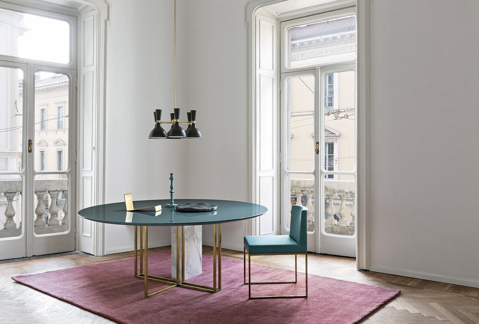 Plinto Round Large Dining Table - Dining tables with metal base with plinth. Tops in different models and dimensions. Finishes for metal base - black varnishes - bronzed brass Finishes for plinth - wood veneer - matt or glossy lacquer - marble Finishes for tops - wood veneer - matt or glossy lacquer - marble   Matter of Stuff
