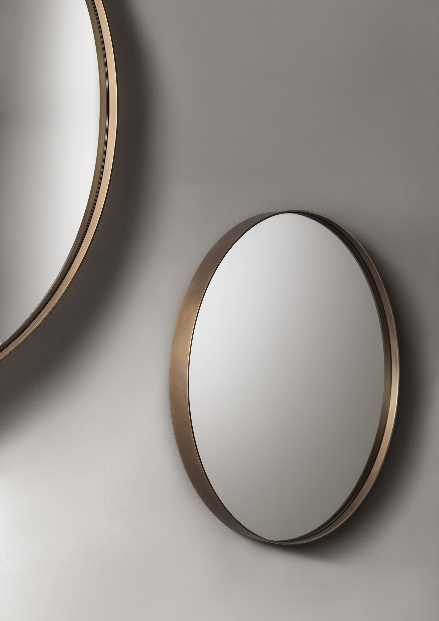 Riflesso Mirror - A collection of wall-mounted mirrors that celebrates the virtues of simplicity.‎ Characterized by the essential, complete form of the circle, Riflesso is distinguished by the thick brass and iron frames that outline its reflective surfaces, delimiting rings of different sizes to hang alone or in groups.‎ Versatile pieces perfectly suited to the contemporary nature of domestic living, these decorative items combine the richness of De Castelli finishes with the extreme essentialism of its shapes.‎