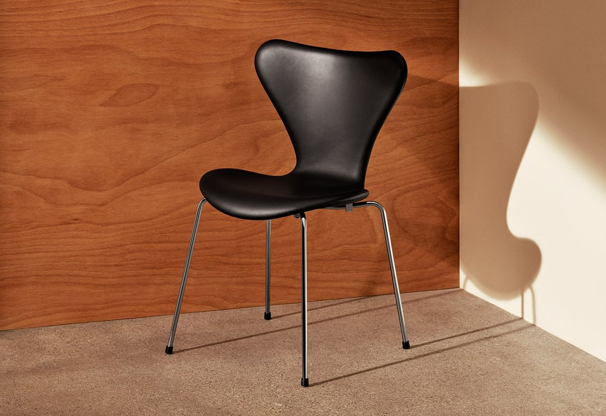 Series 7 Chair Fully Upholstered - <p>Designed by Arne Jacobsen in 1955, the Series 7 chair is a further development of the classic Ant chair.<br />