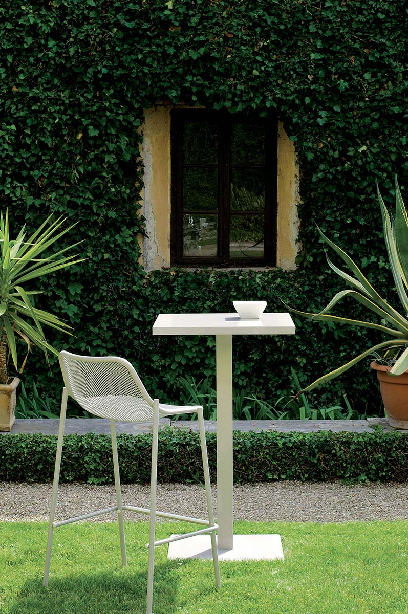 Round  Rectangular Table - <p>Round is a collection defined by its search for structural balance and soft lines, an interpretation of outdoor space that conveys stylistic but essential refinement. Clean and basic shapes mark the range of elements that make up this collection.</p>  | Matter of Stuff