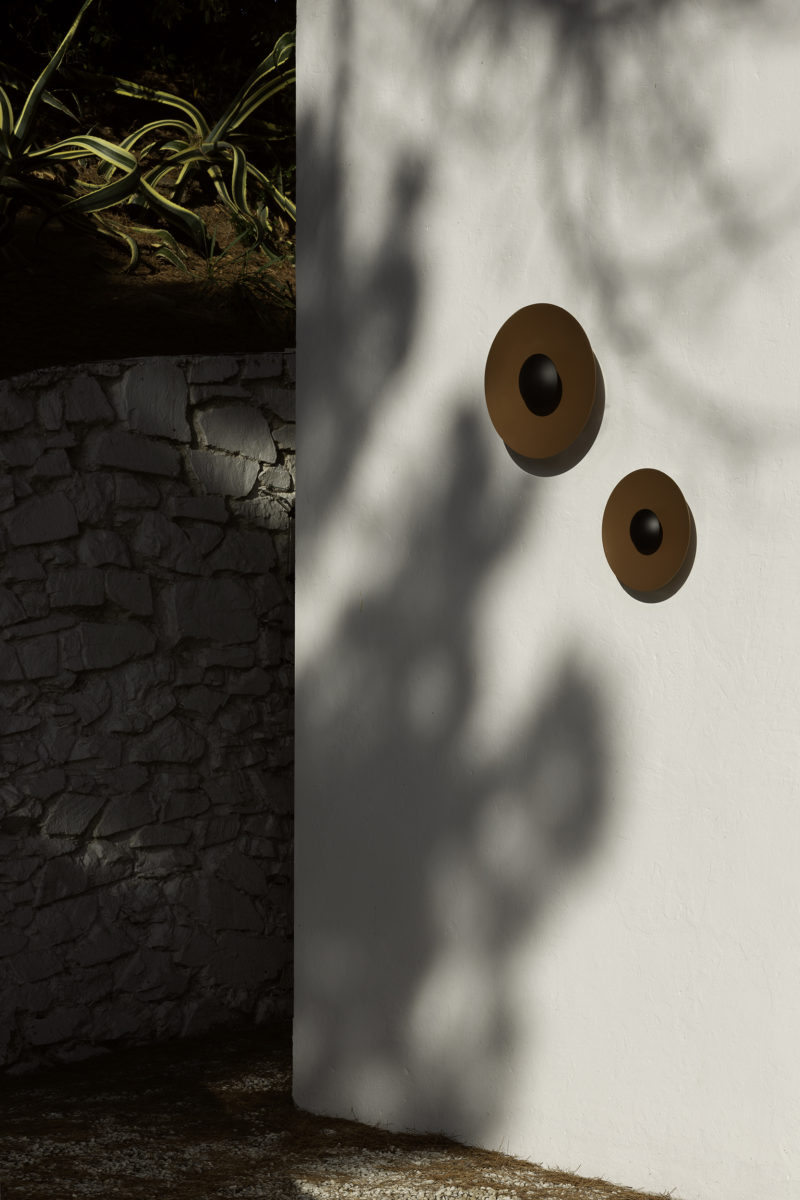 Ginger 20C Outdoor Wall Light - The Ginger collection is moving outdoors, with wall sconces that can be installed individually or in a cluster, a new 15 cm sconce —perfect for passageways and small outdoor areas—, a lamppost and small floor lamps. The Ginger outdoor also introduces a unique rust finish, with a deep, warm glow, alongside the standard black-white metal finish of the indoor version.  To light walkways, a new screen version can be affixed to the wall, projecting a restrained downward light that avoids glare and illuminates only the path. | Matter of Stuff
