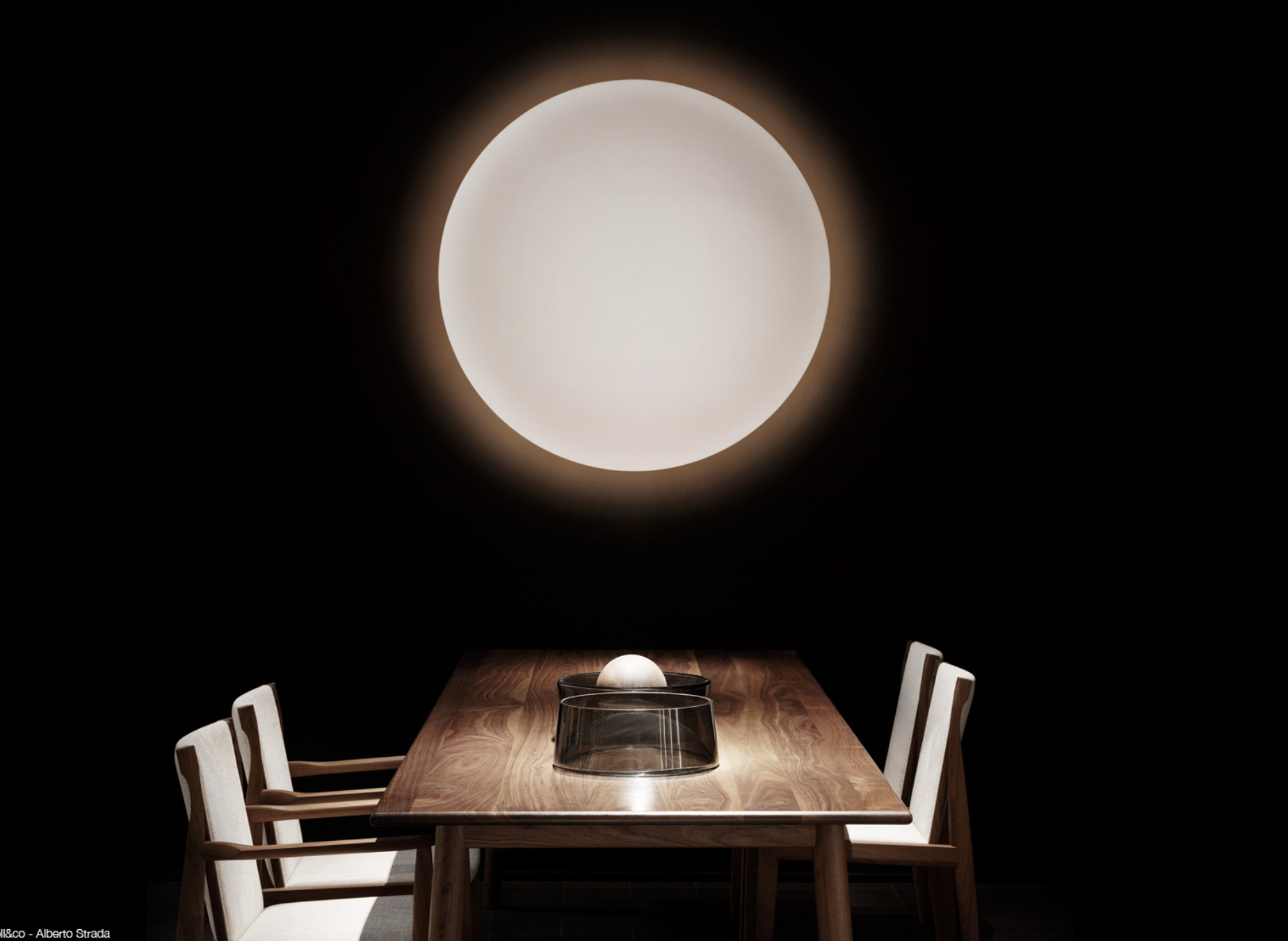 Francesca Wall Lamp - Luci d'Oro was developed after reflecting on the colour of light: the golden light of the sun and fire; warm light, in which the concept of refraction began to take shape in Enzo Catellani's mind and which he used later in other creations. | Matter of Stuff